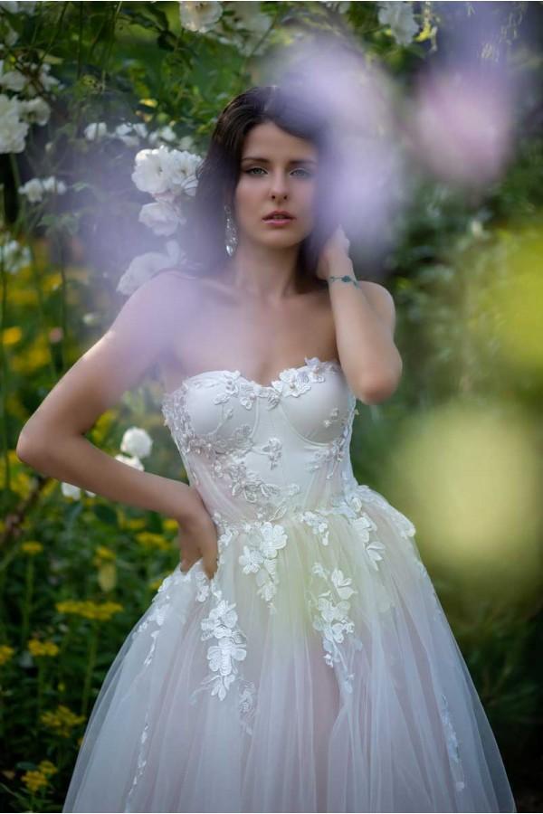 Дизайнерска рокля Ина, подходяща за абитуренти, сватби и булки.